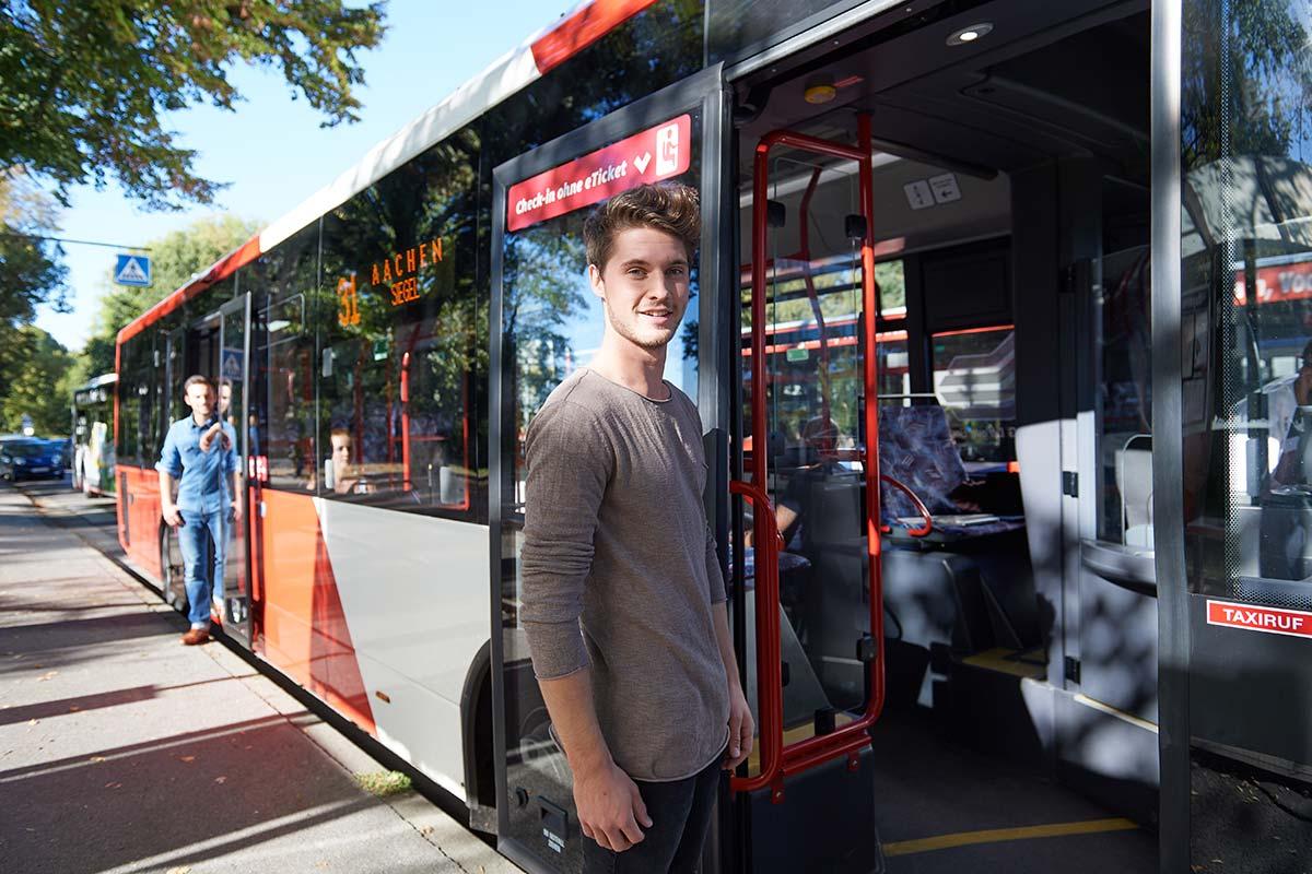 Japansiches Mädel Im Bus Gefingert
